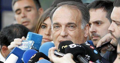 Javier Tebas hablando para los medios de comunicación.