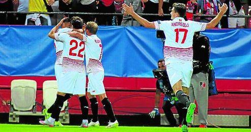 Los futbolistas del Sevilla celebran el tanto de Konoplyanka ante el Gladbach.