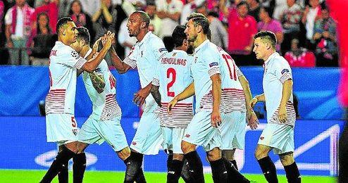 Kolodziejczak celebra con N´Zonzi el 1-0, firmado por Gameiro desde el punto de penalti.