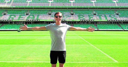 En la imagen, el sueco Linus Lövgren posa sonriente en el interior del estadio Benito Villamarín, que visitó por primera vez el sábado.