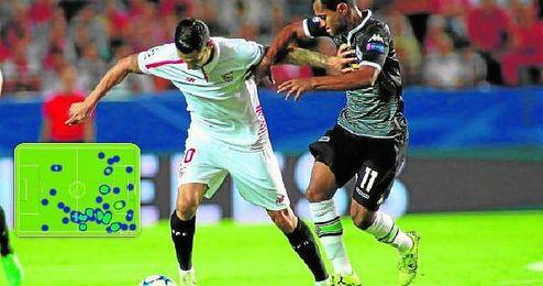 Vitolo, perseguido en la imagen por Raffael, fue el futbolista m�s destacado del Sevilla en su estreno de esta temporada en la Champions League.