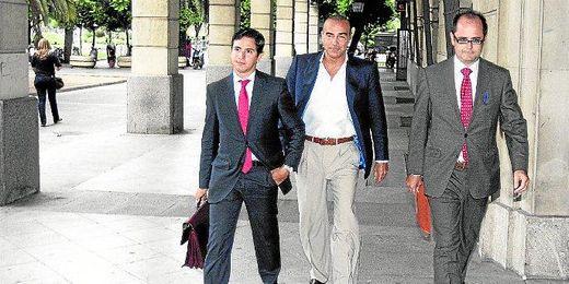 En la imagen, Luis Oliver acude a los juzgados de Sevilla.