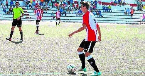 Mario, en un lance del partido ante el Nervión, en el que un gol suyo sirvió al conjunto aruncitano para hacerse con sus tres primeros puntos.