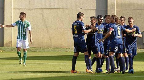 El conjunto murciano celebra el gol mientras Madrigal pide explicaciones a sus compañeros.