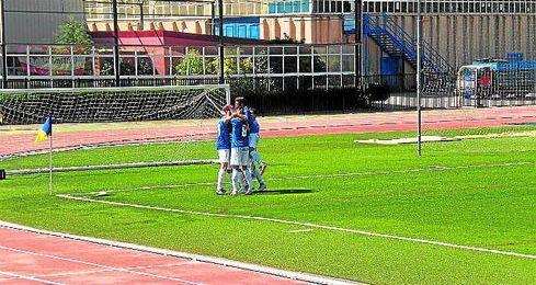 Los jugadores del Castilleja festejan el segundo gol de ayer, obra de Albertito.