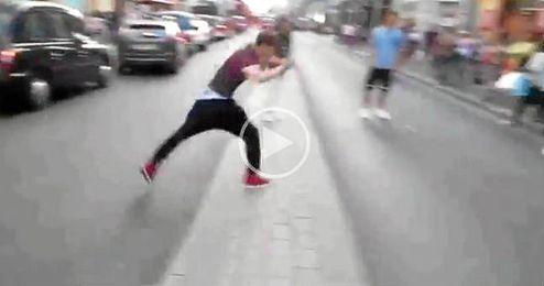 (Vídeo) Cruza la calle haciendo un salto mortal