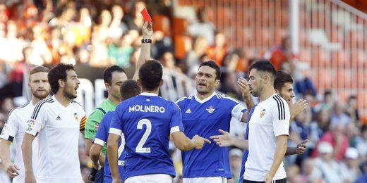 Ceballos fue expulsado ante el Valencia por doble amarilla.
