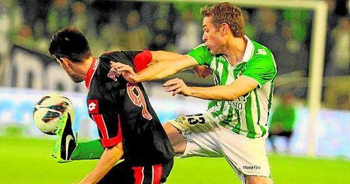 En la imagen, Nacho pelea con Pizzi por la posesi�n de un esf�rico durante el Betis-Deportivo de la temporada 12/13.