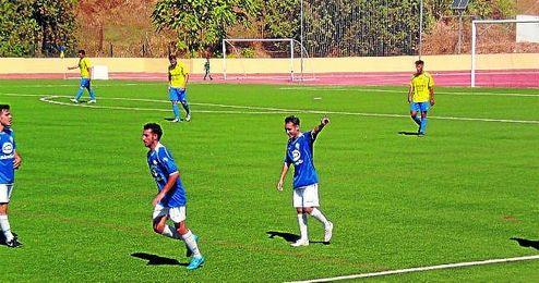Lolo se�ala a la grada del 1� de Mayo tras hacer el 0-1 para el Castilleja en San Juan el pasado domingo.