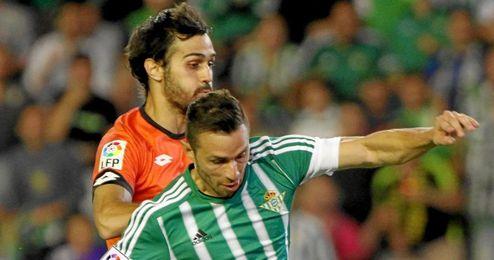 Arribas derribó a Rubén Castro, pero el árbitro no vio penalti.