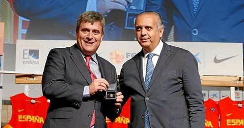 En la imagen, Miguel Cardenal junto al presidente de la Federación Española de Baloncesto, José Luis Sáez.