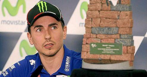 El piloto de Yamaha junto al trofeo de MotoGP de Aragón.
