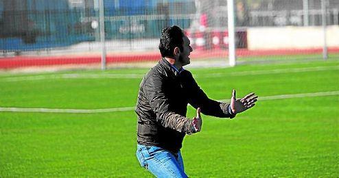 En la imagen, Antonio Gil, dando instrucciones, en su última etapa como entrenador del Cabecense.