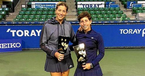 Garbi�e Muguruza y Carla Su�rez posan con el trofeo conseguido en Tokio.