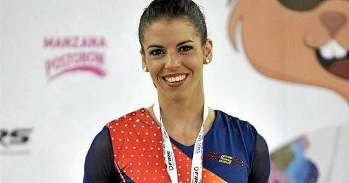 La patinadora española Mònica Gimeno posa con su medalla de bronce.