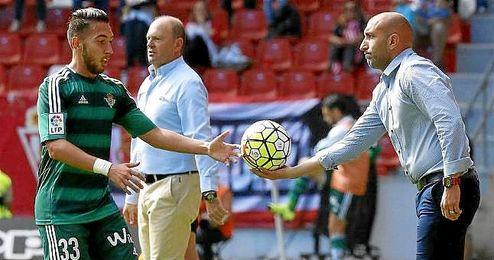 """El técnico asturiano ha dicho que tiene jugadores a los """"les faltan años en Primera""""."""