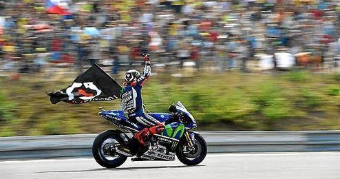 En la imagen, Lorenzo celebra su victoria en el GP de Arag�n.