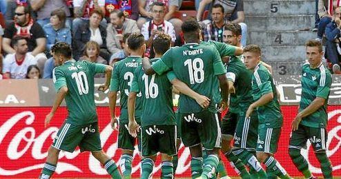 En la imagen, Rub�n celebra con sus compa�eros el tanto del empate.