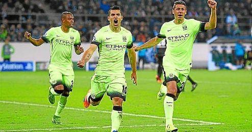 Agüero celebra el tanto de la victoria en el Borussia Park.