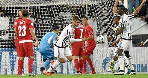 Morata celebra el gol ante la desolación de los sevillistas.