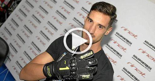 Sergio Rico ha presentado sus nuevos guantes.