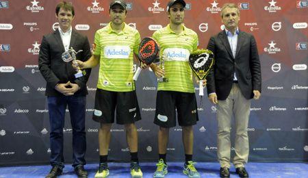 Belasteguin y Lima levantan su trofeo de campeones.