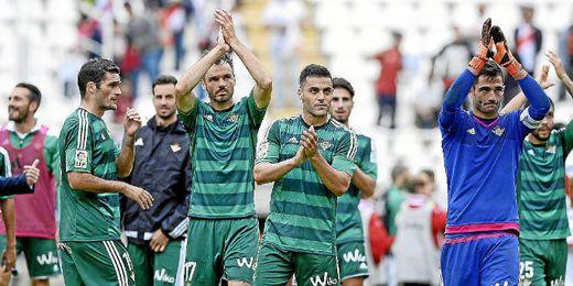 Westermann saluda a los aficionados verdiblancos desplazados a Vallecas.