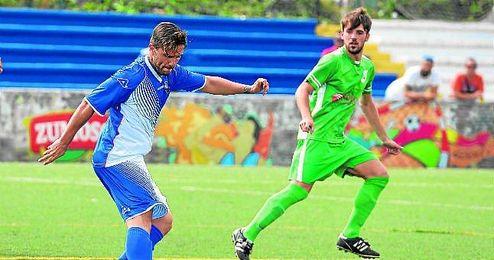 El nervionense Roberto ha sido el protagonista del partido tras marcarle dos goles a La Barrera.