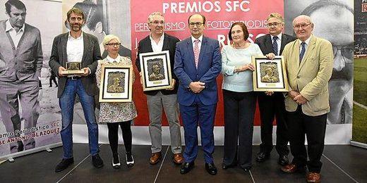 El presidente del Sevilla, junto a los premiados.