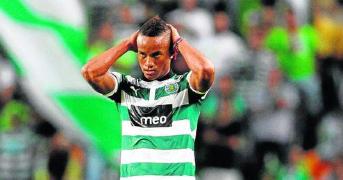 André Carrillo, en la imagen durante un partido con la camiseta del Sporting Clube, ha sido apartado del equipo lisboeta al negarse a renovar su contrato, que expira el 30 de junio de 2016.
