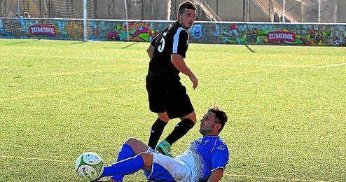 El goleador Roberto se lanza al suelo luchando por un bal�n.