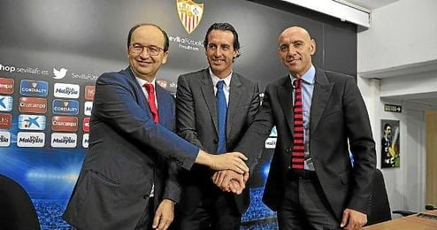 Castro, junto a Monchi y Unai Emery, en una rueda de prensa.