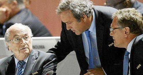 Blatter, junto a Platini y Valcke en un congreso de la FIFA.