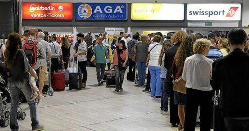 Imagen de las colas de ayer en el aeropuerto San Pablo.