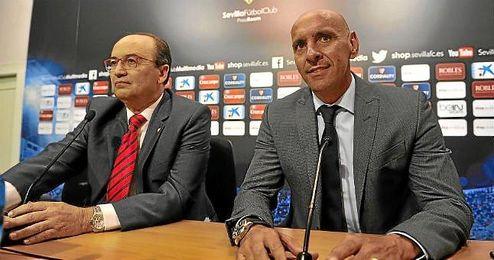 Monchi, junto a José Castro, en una rueda de prensa.