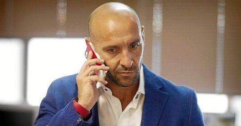 Monchi atiene el tel�fono durante una entrevista a ESTADIO.