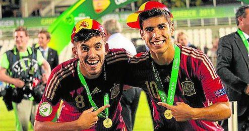 Dani Ceballos y Marco Asensio, tras ganar el Europeo sub 19.