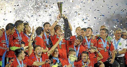 México levanta su trofeo como campeón de la Concacaf 2015.