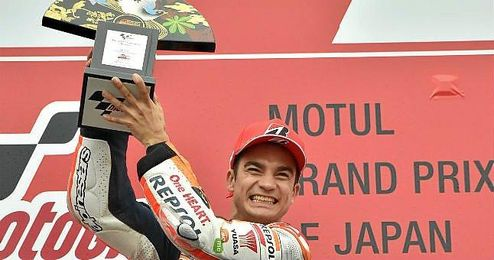 Pedrosa celebra su triunfo en el podio de Motegi.