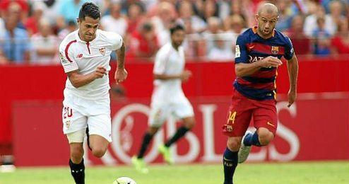 Vitolo, en un lance del Sevilla-Bar�a con Mascherano.