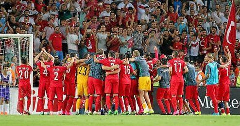 Turquía celebra su pase directo a la Eurocopa 2016.