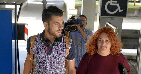 Ceballos, con su madre a su llegada a Sevilla.