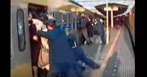 (Vídeo) Increíble pero cierto, cómo entran 100 asiáticos en un vagón de metro