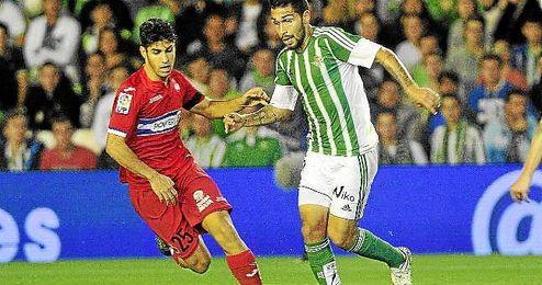 Asensio presiona a Petros durante el partido.