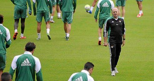 Pepe Mel, técnico del Betis, durante un entrenamiento verdiblanco.