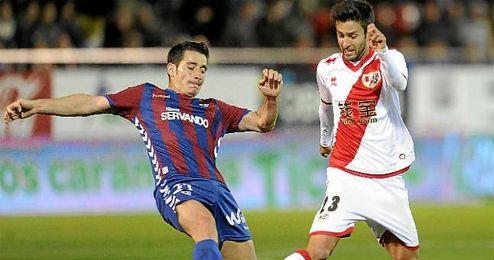 Alberto Bueno en un partido con el Rayo Vallecano.