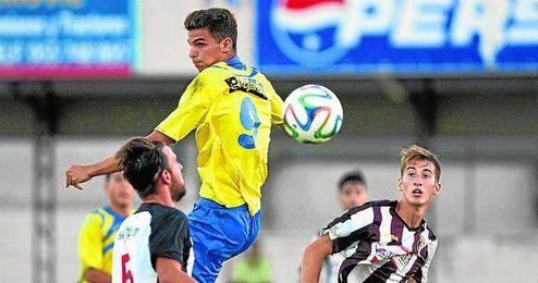 Pablo Aguilera salta a por el esférico.