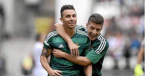 El delantero del Betis, Rub�n Castro, junto a Portillo.
