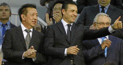Lim y Salvo saludan al p�blico durante un partido en Mestalla.