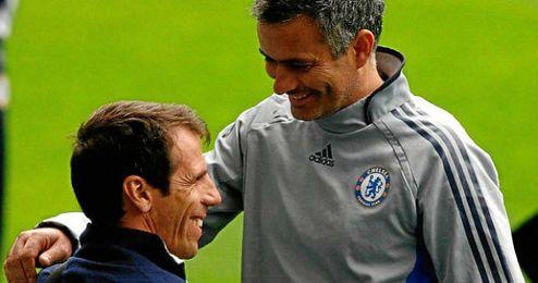 Zola y Mourinho bromean durante un pasado encuentro entre ambos.